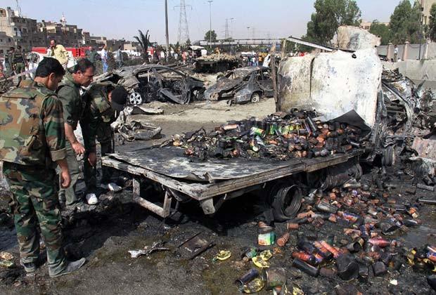 Soldados no local de uma das explosões desta quinta-feira (10) em Damasco, capital da Síria (Foto: AP)
