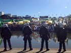 Manifestantes entregam na Câmara pedido de impeachment de Dilma