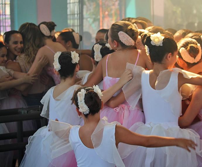 No reflexo do espelho, vemos Sandy recebendo o abraço do grupo de bailarinas (Foto: Ariane Ducati/Gshow)