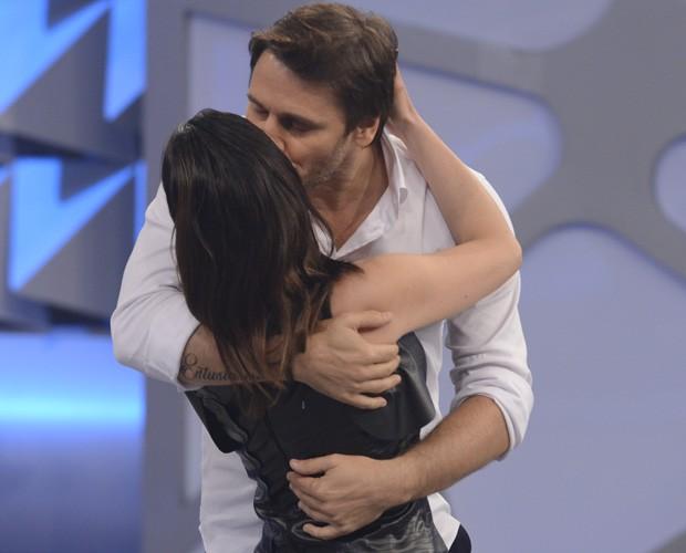 Os dois finalistas se abraçam antes da decisão (Foto: Raphael Dias / Gshow)