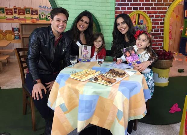 Natáia Guimarães com o marido, Bruno, as filhas, Maya e Kiara, e Dani Albuquerque (Foto: Divulgação/RedeTV!)