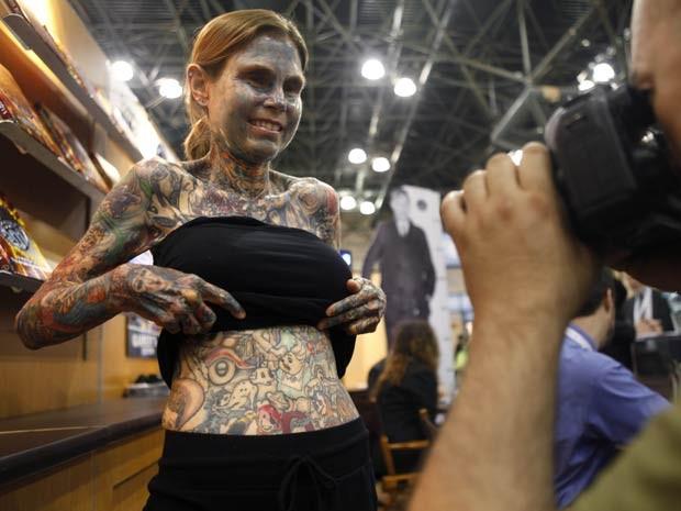 Julia Gnuse entrou para o Guinness, livro dos recordes, como a mulher mais tatuada do mundo. (Foto: Seth Wenig/AP)
