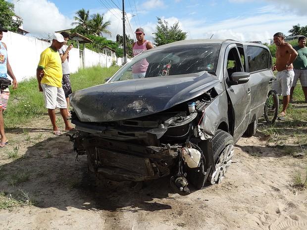Carro saiu da pista e capotou em Feira de Santana (Foto: Ney Silva/Acorda Cidade)