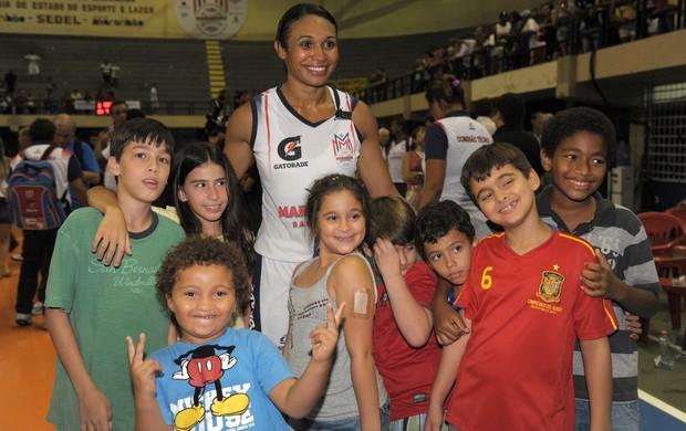 Iziane e crianças, no Castelinho, após jogo da LBF (Foto: Biaman Prado/MB/Divulgação)