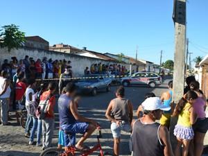 Moradores do Grotão se aglomeraram em torno do local do homicídio  (Foto: Walter Paparazzo/G1)