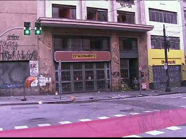 Prédio desocupado na madrugada desta quarta-feira no Centro de SP (Foto: Reprodução/TV Globo)