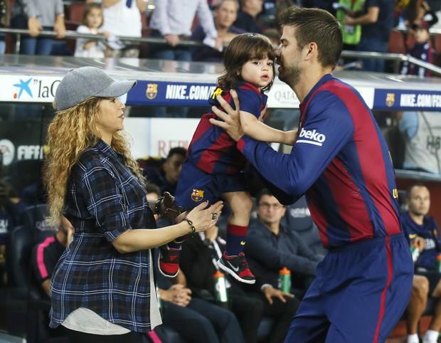 Shakira e Piqué com Milan (Foto: REUTERS/Albert Gea)