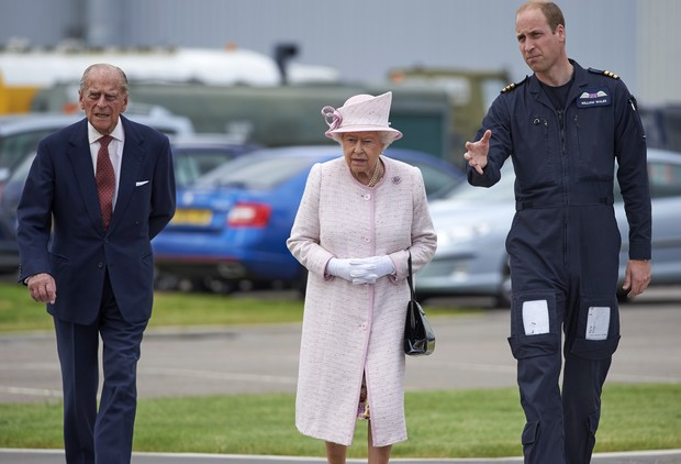 Rainha Elizabeth e Prícipe William (Foto: NIKLAS HALLE'N / POOL / AFP)