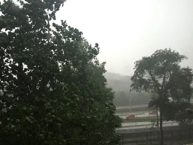 Chove forte na Região Metropolitana de Curitiba neste domingo. (Foto: Divulgação/ Simepar)