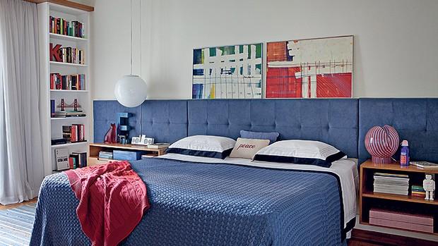 Roupa de cama, almofada de algodão azul e manta de tricô, da Trousseau. Do lado esq., pendente, da Reka. Do lado dir., luminária de PVC, da SaLA. Quadros apoiados na cabeceira, da Clássica e Moderna (Foto: Lufe Gomes e Victor Affaro )