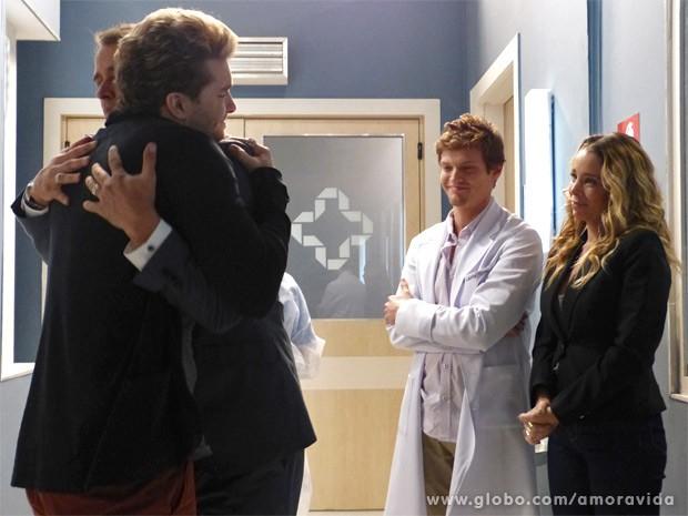 Niko e Eron comemoram o início do processo (Foto: Amor à Vida / TV Globo)