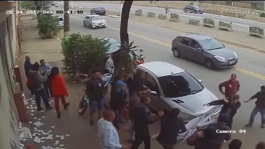 Funcionário tem celular tomado e é agredido por manifestantes