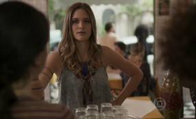 Cassandra conta para Adele e Débora que viu Lili e Rafel juntos