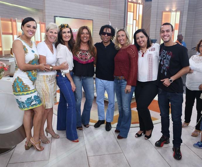 Convidadas com a apresentadora e o Djavan nos bastidores  (Foto: Fabiano Battaglin/Gshow)