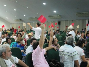Professores votaram pela suspensão da greve, mas decisão final será do CNG (Foto: Marcos Dantas / G1 AM)
