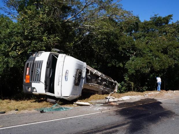 Carreta tombou em Oliveira (Foto: Marcelo Praxedes/Divulgação)