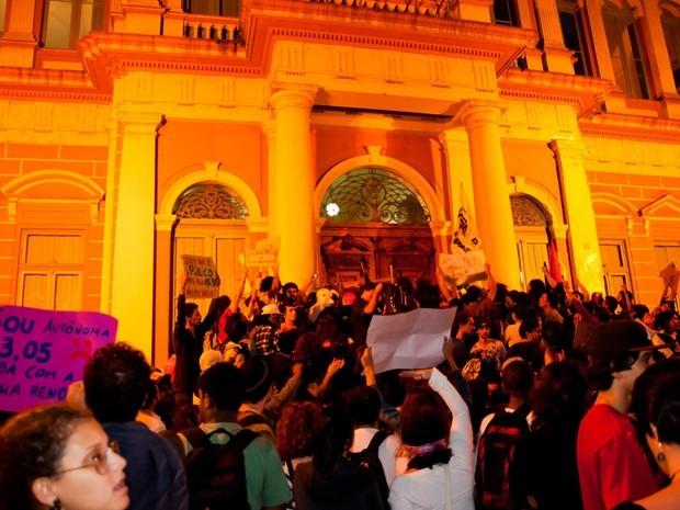Manifestantes tentaram invadir o prédio da prefeitura, diz Brigada Militar (Foto: Diogo Sallaberry/Futura Press)
