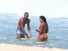 Aline Riscado e Felipe Roque curtem praia juntinhos no Rio de Janeiro
