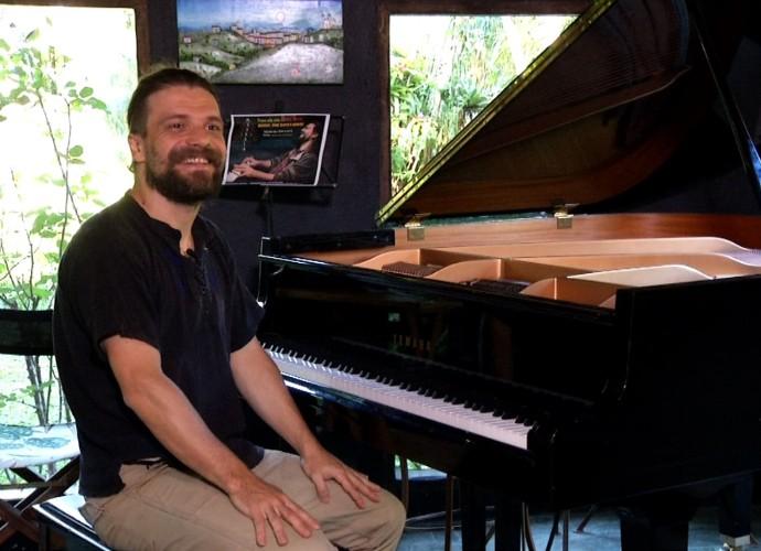 'Rio Sul Revista' mostra pianista que vive em Visconde de Mauá (Foto: Reprodução/ Rio Sul Revista)