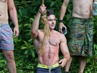 Zac Efron exibe os músculos em tarde de folga no Havaí