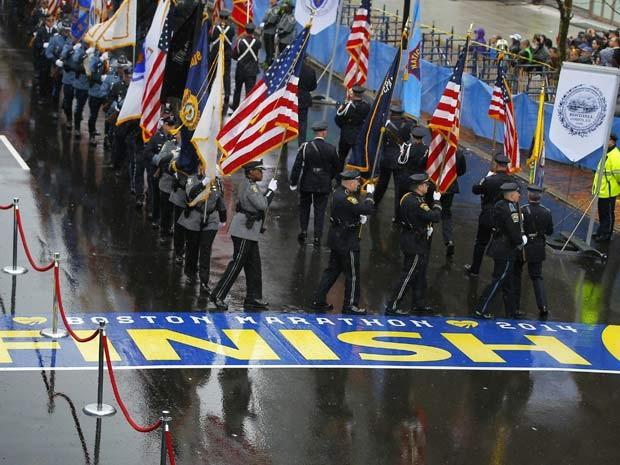 Guardas marcham para onde seria a linha de chegada da maratona de Boston, marcando o aniversário de um ano do atentado de 2013 (Foto: Reuters/Brian Snyder)