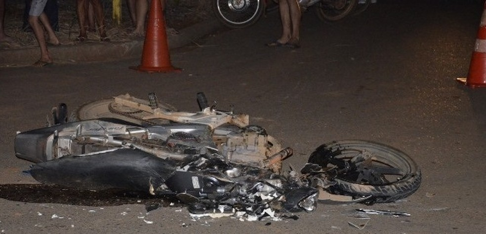 De acordo com a PM, vítima avançou preferencial e colidiu no último eixo da carreta (Foto: Carlos Mont Serrate/Rota Policial News)