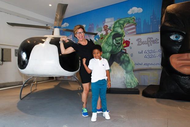 Astrid Fontenelle com o filho Gabriel (Foto: Manuela Scarpa/Foto Rio News)