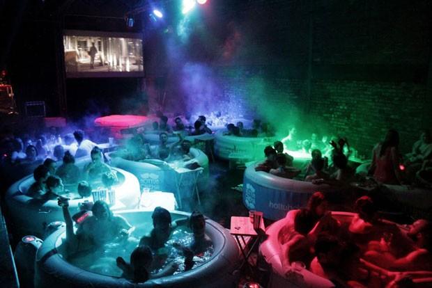 Banheiras são cheias de água quente (Foto: Hot Tub Cinema/Divulgação)
