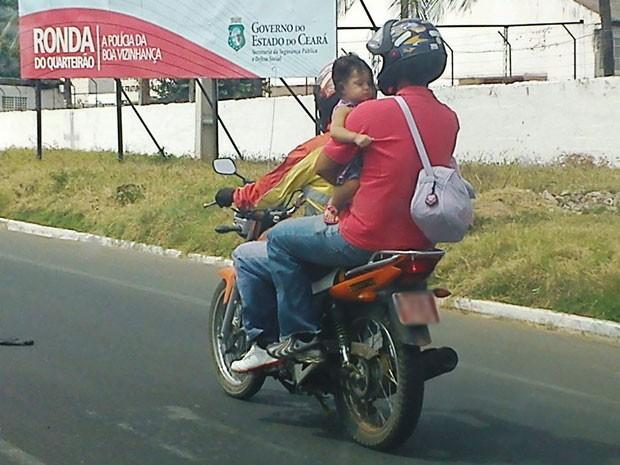 Moto com criança sem capacete em Juazeiro do Norte (CE) (Foto: José Cássio da Cunha Lopes/VC no G1)