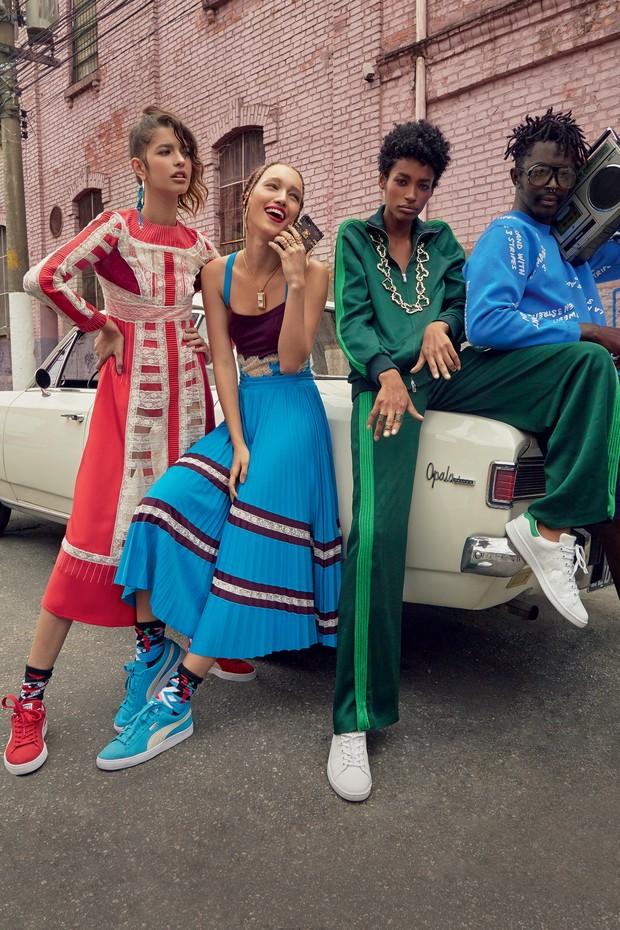 A partir da esquerda, Isabella Gil usa vestido Valentino (R$ 30.700), brinco Versace e meias Stance Socks na Artwalk; Lorena marques usa body (R$ 3.800) e saia (R$ 5.700), ambos Valentino, colar Versace, brincos e anéis Epiphanie, meias Juliana Jabour e c (Foto: Mar+vin, Dapper Dan Of Harlem Blog, Glen Luchford/Cortersia Gucci, Imaxtree e Divulgação )