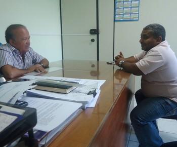 Antônio Aquino e Petronilo Lopes, o Pelezinho, definem convênio entre Federação e Governo (Foto: Divulgação/Assessoria SEE)