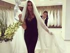 Nicole Bahls escolhe véu e anuncia: 'Para o meu casamento'