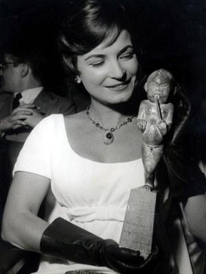 A atriz, cantora e escritora Odete Lara na entrega do Prêmio Saci de 1957 (Foto: Estadão Conteúdo/Arquivo)