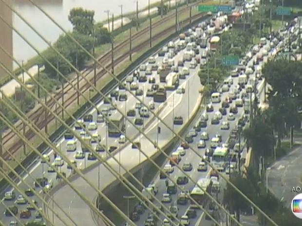Trânsito na Marginal Pinheiros nesta sexta-feira (26) (Foto: TV Globo/Reprodução)