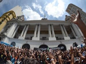 Professores realizam protesto em frente a Câmara Municipal do Rio de Janeiro, chegando a interditar a Avenida Rio Branco. Integrantes do Black Bloc participam da passeata. (Foto: Reynaldo Vasconcelos/Futura Press/Estadão Conteúdo)