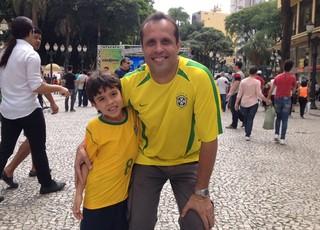 Neil Cardoso e filho sorteio da Copa do Mundo Curitiba (Foto: Gabriel Hamilko)