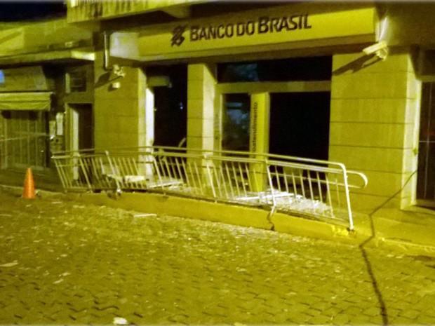 Criminosos explodiram um caixa eletrônico em agência no Centro de Bueno Brandão (Foto: Polícia Militar)