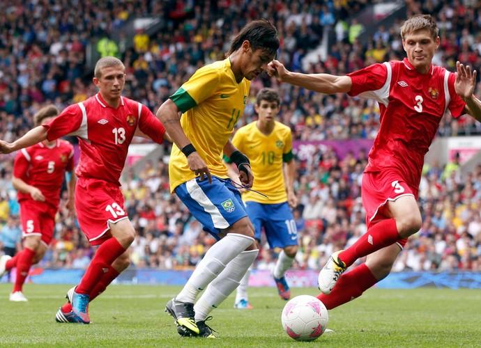 neymar brasil Kuzmenok bielorrussia futebol londres 2012 (Foto: Agência Reuters)