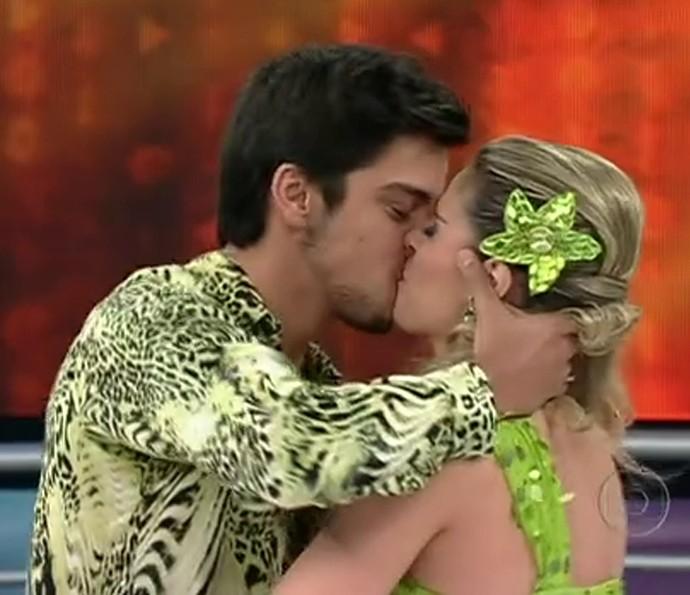 Rodrigo Simas dá um beijo em Raquel Guarini no 'Dança 2012' (Foto: TV Globo)