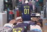 Em loja de �dolo australiano, camisa  de Gabriel Medina � a grande atra��o