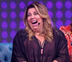Fabiana Karla cai na risada (Foto: TV Globo)