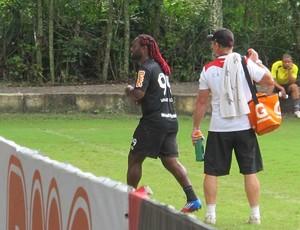 Vagner Love deixa treino antes do fim (Foto: Janir Junior / Globoesporte.com)