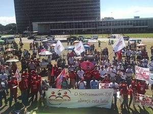 Manifestantes em ato em frente ao Palácio do Buriti, sede do governo do Distrto Federal (Foto: Luciana Amaral/G1)