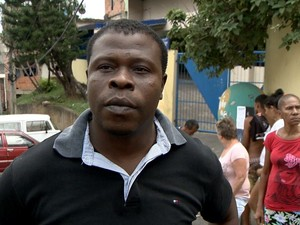 Líder comunitário Sandro Rocha reclamou da abordagem da polícia no bairro (Foto: Reprodução/ TV Gazeta)