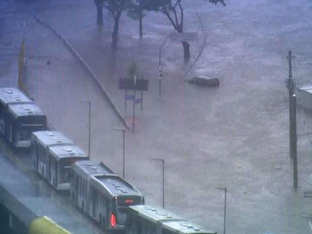 Alagamento bloqueia Avenida Anhaia Mello, na região da Mooca, na tarde desta quarta-feira (Foto: Reprodução/TV Globo)