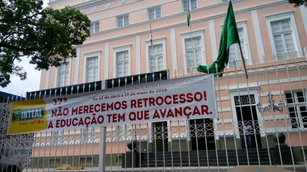 Manifestantes, em Alagoas, falam que projeto censura os educadores (Foto: Derek Gustavo/G1)