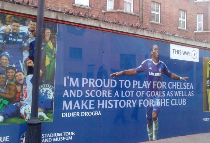 Cartaz do Chelsea com a foto de Drogba (Foto: Felipe Schmidt)