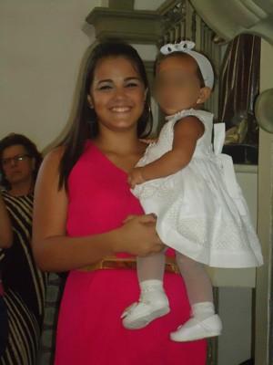 Andressa com a filha no colo (Foto: Arquivo pessoal)