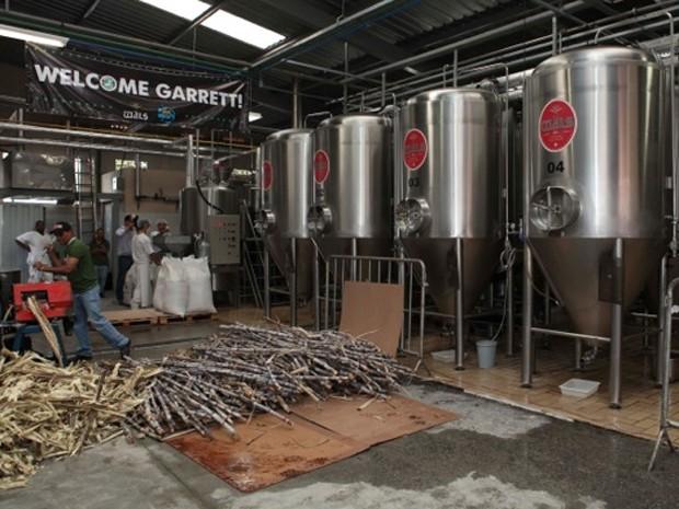 Caldo de cana-de-açúcar usado na fabricação da cerveja (Foto: Márcio Rossi/Divulgação)