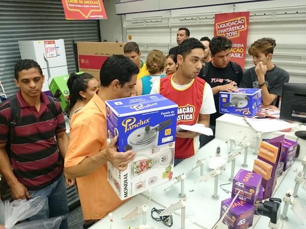 Consumidores procuram por promoção nas lojas (Foto: Jomar Bellini/ G1)